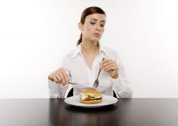 etikette frau isst burger